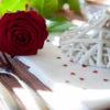 Tavolo apparecchiaoto con cuore e rosa